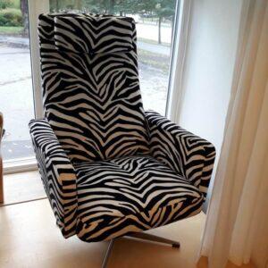 Snurrfåtölj. Omklädsel utförd med zebramönstrat tyg.