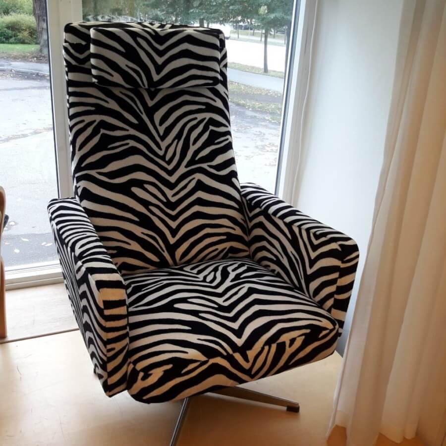 Snurrfåtölj omklädd med zebratyg.