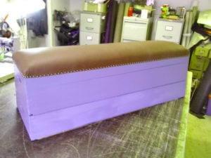 Skinnklädsel av bänk. Dekoration med prydnadsspik.