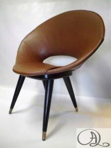 Omklädsel av stol med konstläder.