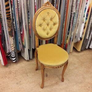 Omklädsel av stol med plyschtyg till kund i Enskede.