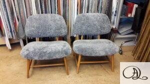Omklädsel av teve-stol med fårskinn, designad av Alf Svensson.