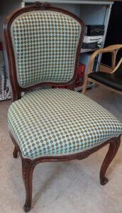 Omklädsel av stol med småmönstrat tyg.