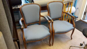 Omklädsel av stolar i rokokostil.