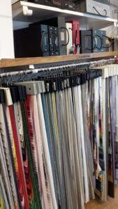 Sömnad av gardiner till kontor. Bilden visar våra provkollektioner på gardintyger.