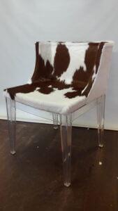 Omklädsel av stol med kohud.