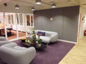 Ljuddämpande väggar klädda med ylletyg.