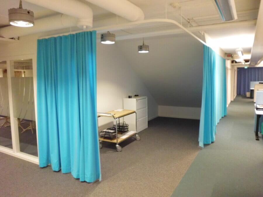 Gardiner till kontor sydda i sammetstyg till kontor i Stockholm.