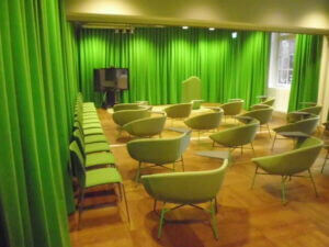 Sömnad av gardiner samt omklädsel av stolar i konferensrum till kontor i Stockholm.