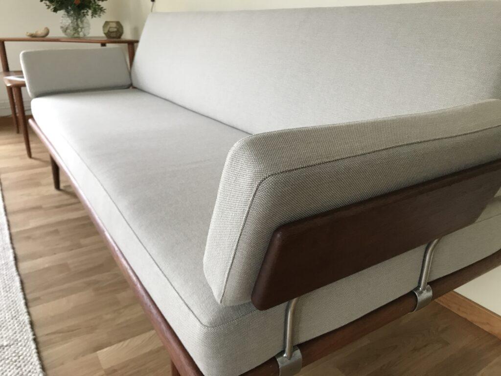 Omklädsel av soffa i dansk design, närbild till kund i Stockholm.