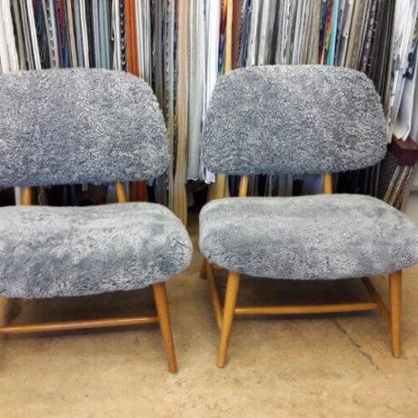 Omklädsel av teve-stol med fårskinn, design av Alf Svensson.