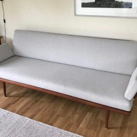 Omklädsel av soffa i dansk design, till kund i Stockholm.