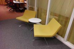 Omklädsel av fåtöljer med gult ylletyg till kontorsföretag i Stockholm.