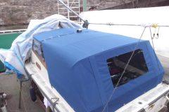 Sömnad av blått båtkapell till båt på Essingen i Stockholm.