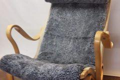 Omklädsel av pernillafåtölj med fårskinn.